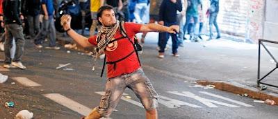 manifestante violento agrede policia