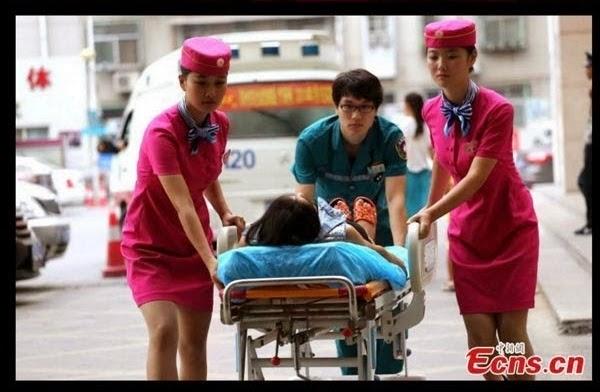 JURURAWAT BERPAKAIAN PRAMUGARI DI HOSPITAL CHINA