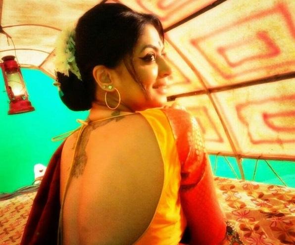 kavita kaushik backless saree