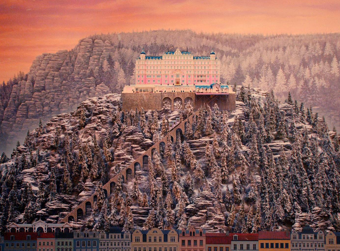 Grand Hotel, sau unde dai și unde crapă
