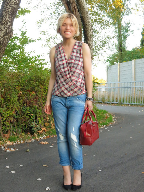 styling boyfriend jeans with a sleeveless plaid blouse and Sam Edelman pumps