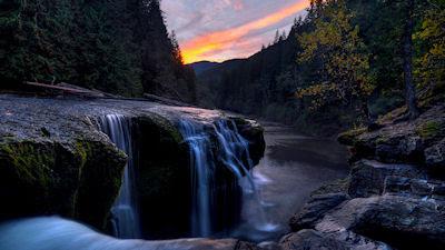 Cascadas de agua clara en el río - Divino amanecer