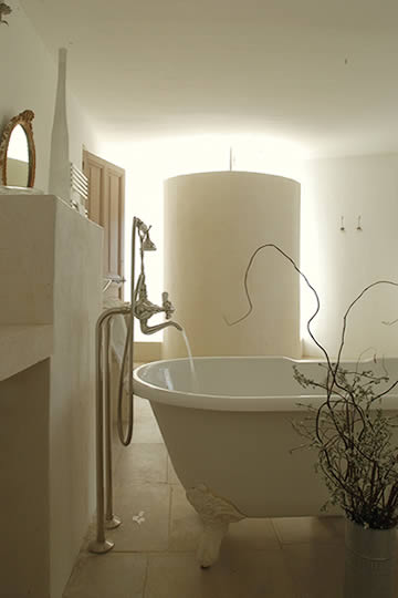 bathing room - image via La Grande Bégude as seen on linenandlavender.net - http://www.linenandlavender.net/2009/11/design-daily-hotel-feature-la-grande.html
