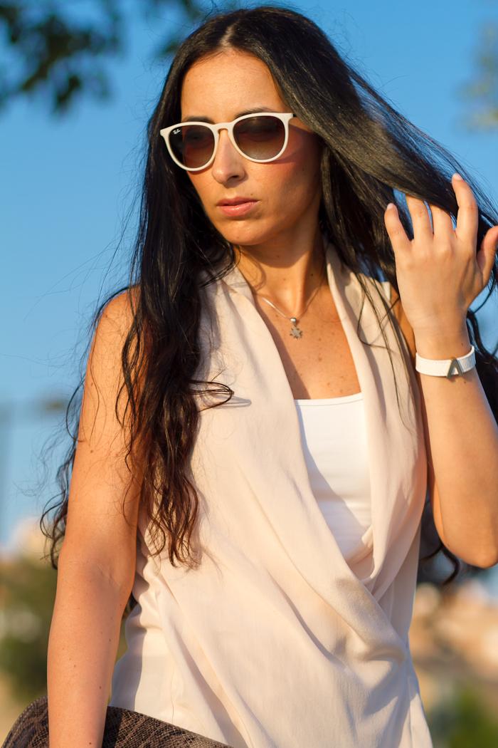 Blusa nude escote cruzado de Eccentrica y Gafas de sol Ray Ban Erika
