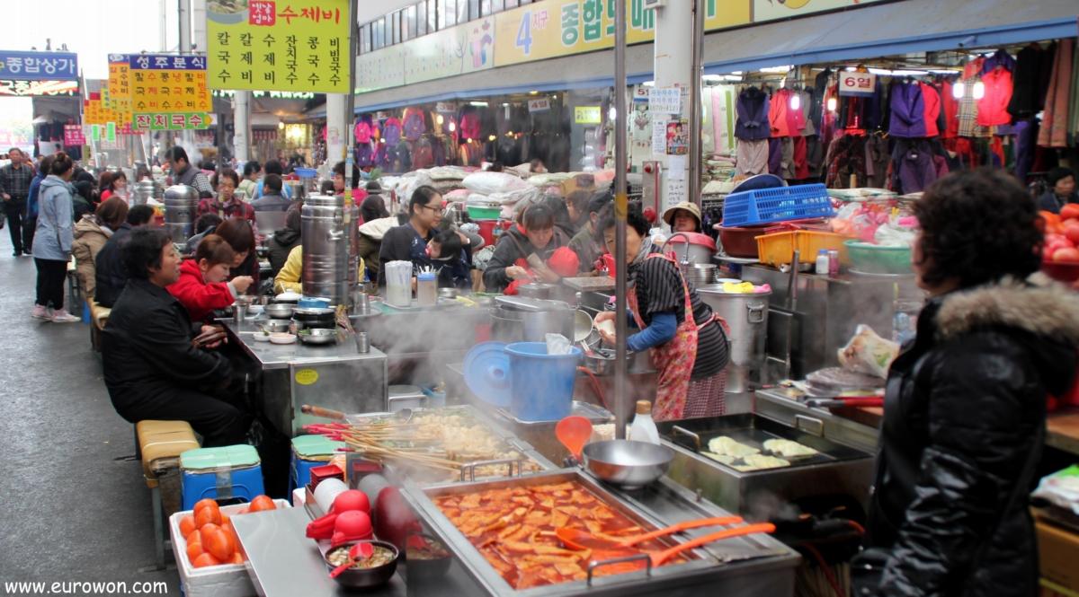 Comiendo en un mercado tradicional de Corea del Sur