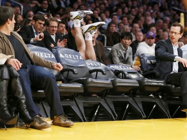 Игрок Lakers' Стив Блэйк пытается играть в прятки во время игры NBA в феврале 2013 года.