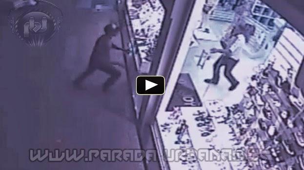 VIDEO INSOLITO - Mujer Nokea a un ladron y evita el Robo en una Tienda