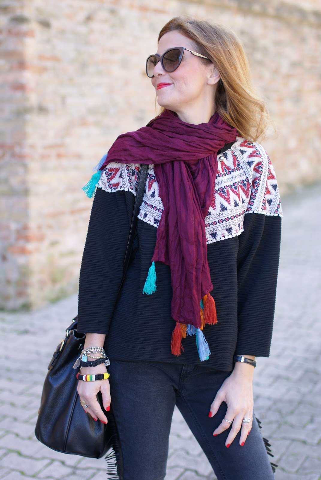 Fringed jeans and tassel scarf, sciarpa con nappine for an ethnic chic casual look on Fashion and Cookies fashion blog, fashion blogger style