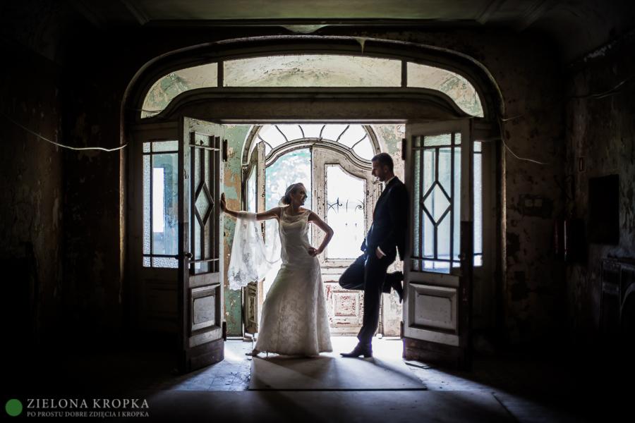 sesja w opuszczonym pałacu, zdjęcia ślubne, kreatywna fotografia ślubna