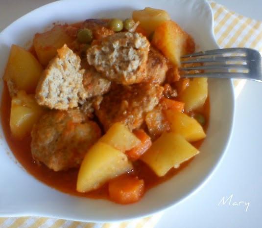 Albondigas con patatas verduras y salsa de tomate - Albondigas de patata ...