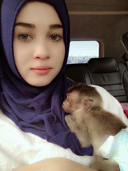 Adoi Emma Maembong peluk Monyet pun Kecoh