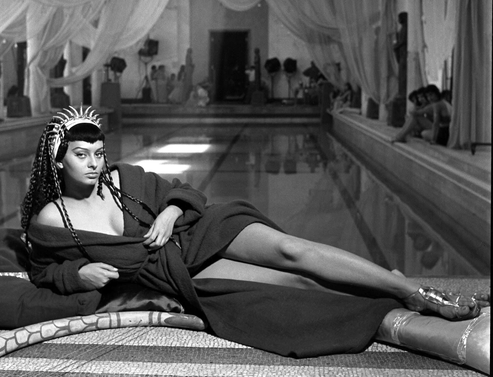 http://3.bp.blogspot.com/-Vi7Ekupr6F4/T2MWN3jv1mI/AAAAAAAAKqs/z0jI2P_Hqt8/s1600/sophia-loren-due-notti-con-cleopatra-1953-04.jpg