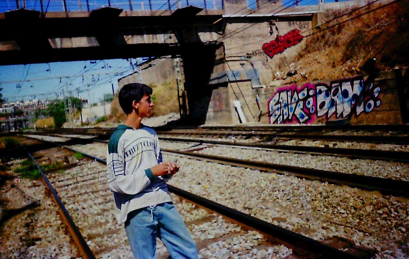 Graffitis con Save Bzk y Dam en las vías de Marina