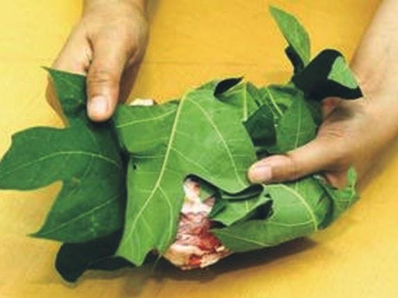 Bungkus daging kambing dengan daun buah Pepaya