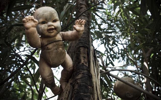 فيلم رعب على أرض الواقع ، في جزيرة الدمي المشوهه .   Island-of-dolls-7%5B6%5D