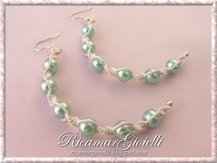 Bracciale a due giri e orecchini in macramè e perle