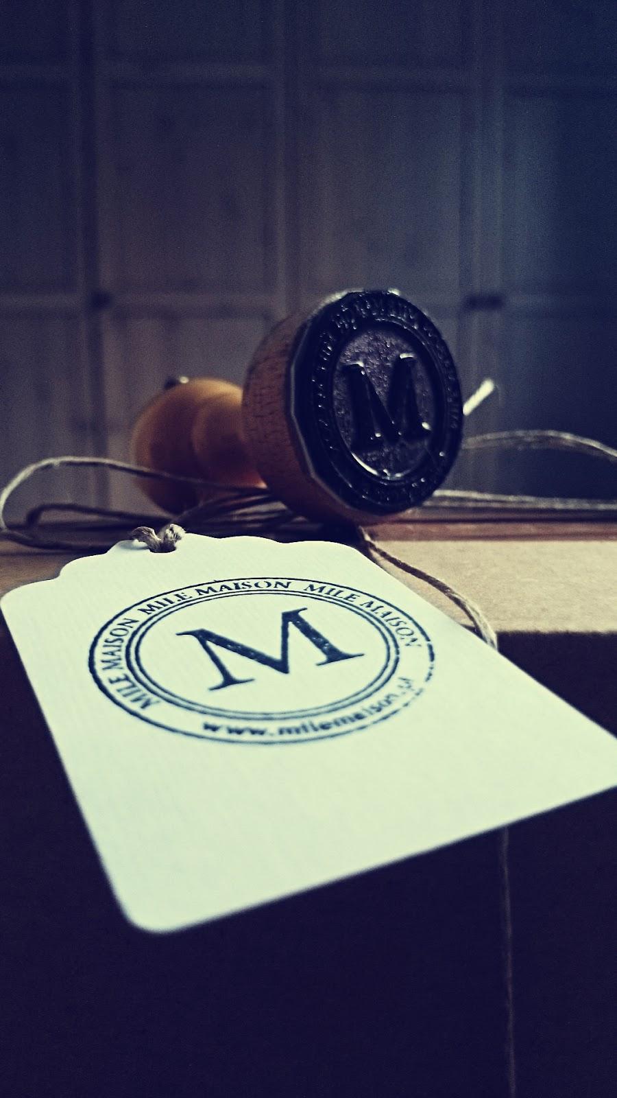 Drewniana pieczęć sklepu Mile Maison i etykietka sklepu Mile Maison