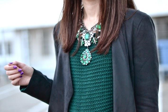 бижутерия к блузке с круглым воротником