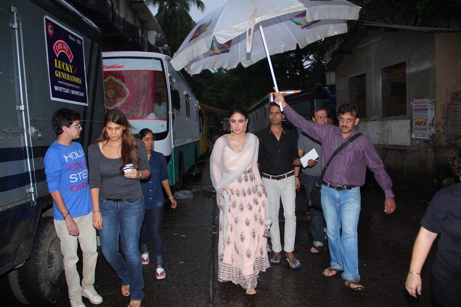 http://3.bp.blogspot.com/-VkP8Eynx02M/U9jSMlXFeJI/AAAAAAABwCI/PY4dJs7q7CU/s1600/Bollywood+Actress+Kareena+Kapoor+Promotes+her+upcoming+movie+%27Singham+Returns%27+On+Jhalak+Dikhhla+Jaa+7+gallery.+(15).JPG