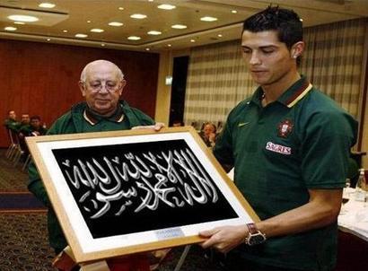 Foto Ronaldo memegang kaligrafi syahadat - ternyata manipulasi