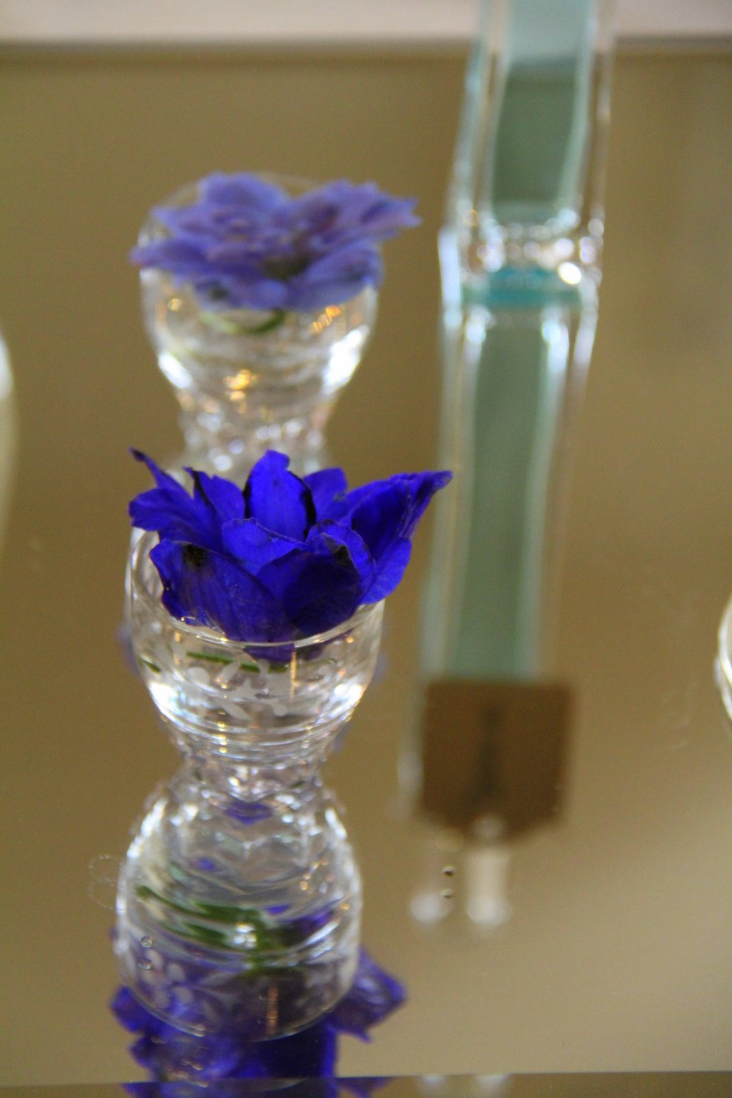 Flower design table centrepieces vintage glass bottles for Flowers in glass bottles