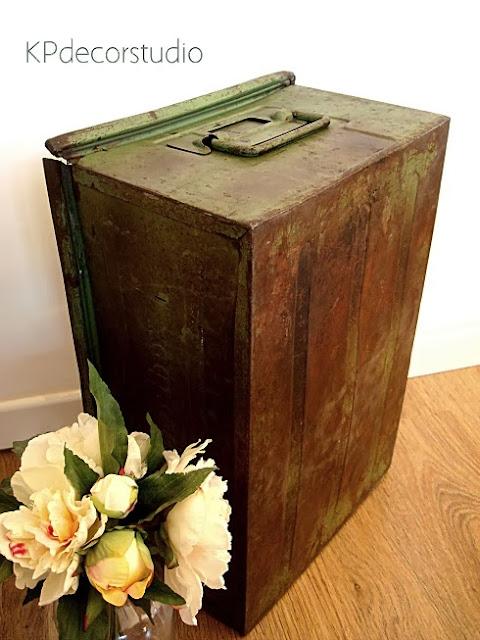 Venta online de cajas metálicas industriales. Revisteros originales vintage