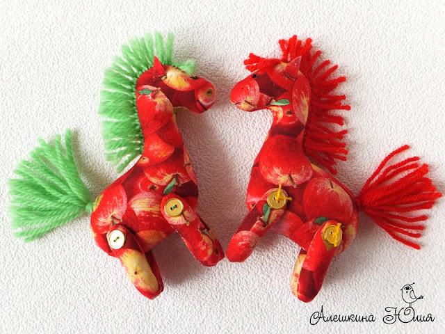 игрушка конь в яблоках