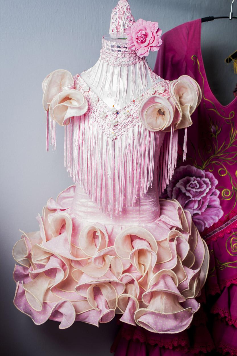 traje de niña de flamenca rosa con volantes
