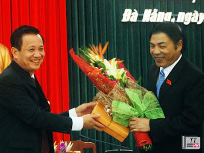 Ông Trần Thọ tặng hoa ông Nguyễn Bá Thanh - Ảnh: H.T