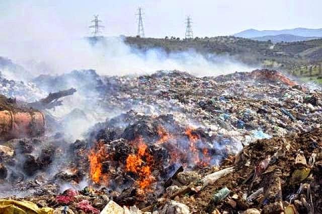 ΡΑΚΙ Τριφυλίας: Η ρουτίνα των φλεγόμενων σκουπιδιών στους σκουπιδότοπους της Τριφυλίας