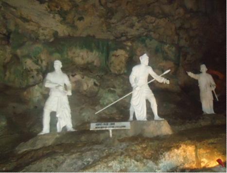 Patung Adipati Pasir Luhur saat Menangkap Lutung Kasarung