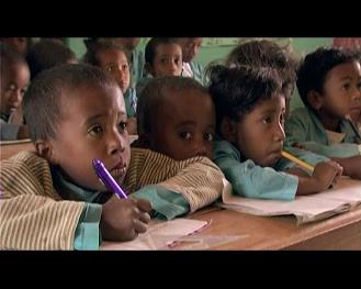 fotograma niños en la escuela