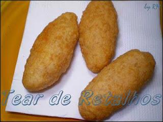 Croquetes fritos sobre o papel absorvente para eliminar o excesso de óleo da fritura.