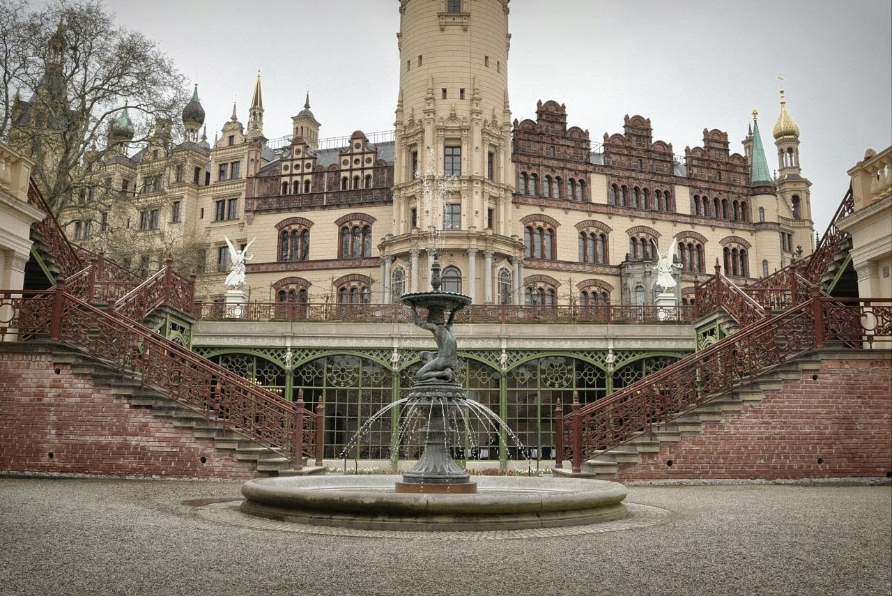 zamek książąt meklemburskich w Schwerin widziany z tylnego ogrodu