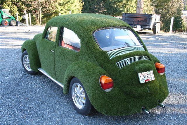 Extraños vehículos cubiertos con césped o grama