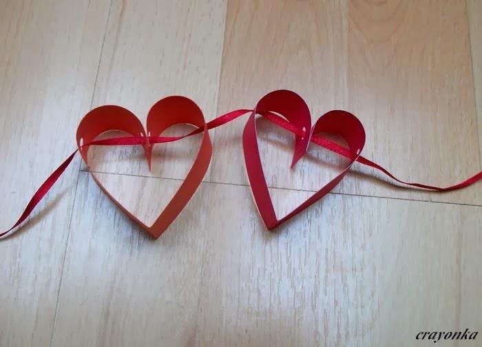 Dwa papierowe serca nawleczone na wstążkę