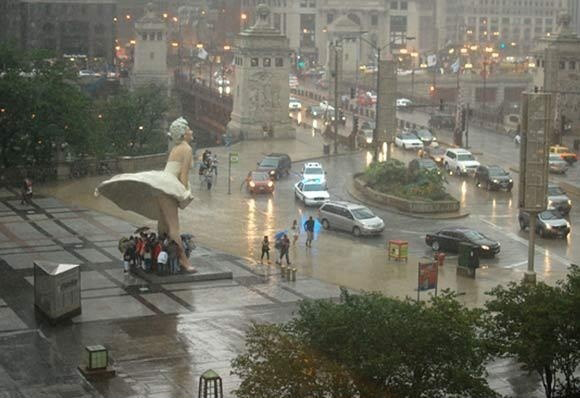 Marilyn Monroe statue Chicago - Take Cover - Rainy Day In Chicago