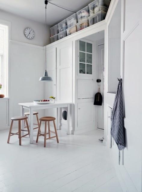 Marzua: una casa a puro blanco y grandes ideas de almacenamiento