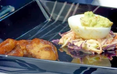 Frango barbecue com ovos e salada de repolho