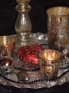 Sølvfat med julekuler og lys