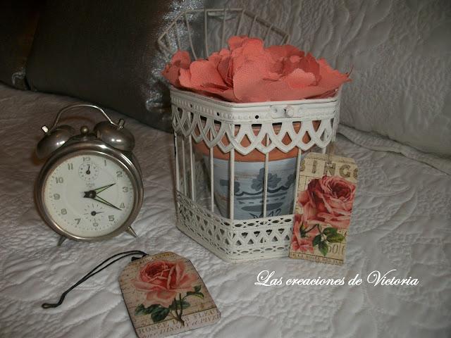 Las creaciones de Victoria.Rosas de tela. Stencil en dormitorio