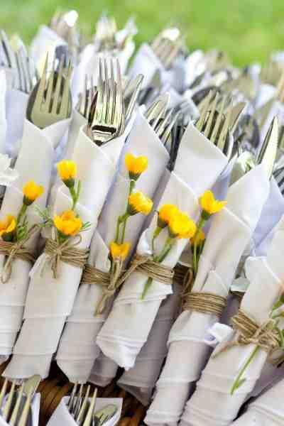 Sztućce na garden party dekoracyjnie owinięte ściereczką