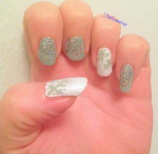 sparkly_snowflakes_nailart