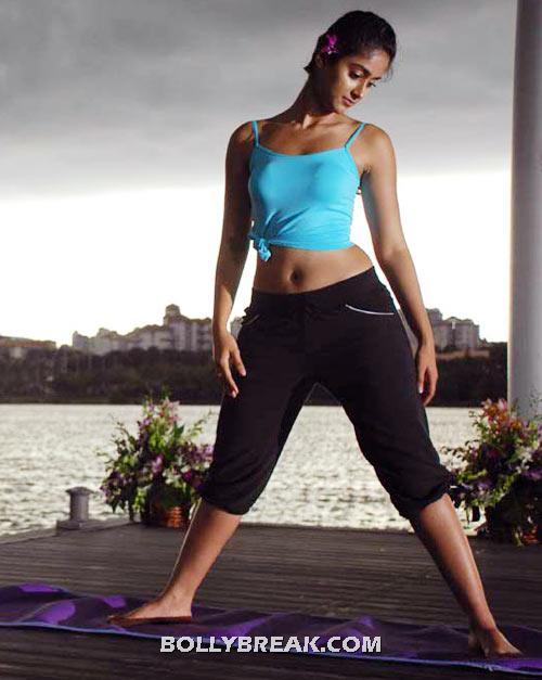 Ileana yoga pic - Tight dress showing navel - (9) - ILeana Barfi movie Heroine Hot Navel Pics from south