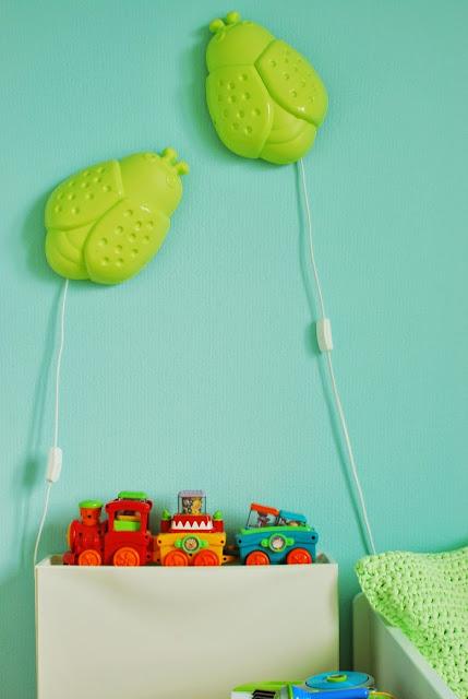 Värikäs lastenhuone ja Ikean vihreät ötökkälamput