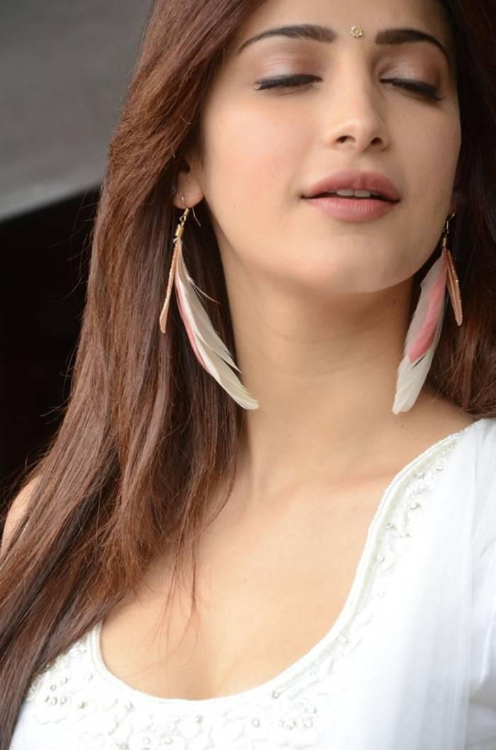 Shruti Kamal Hassan in White Suit