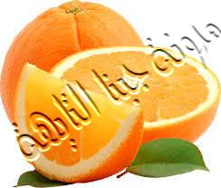 نقوم بتقطيع البرتقال إلى شرائح حتى نقوم بحفظ البرتقال فى الفريزر