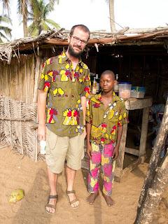 Pablo con su primo (de camisa) en Grand Poppo (Benín)