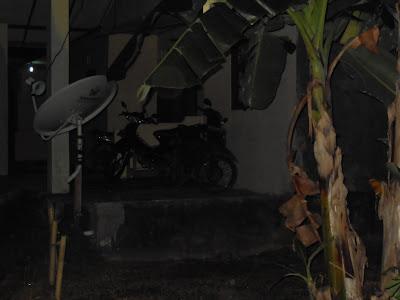 motor, parabola, pohon pisang juga aman dah ...
