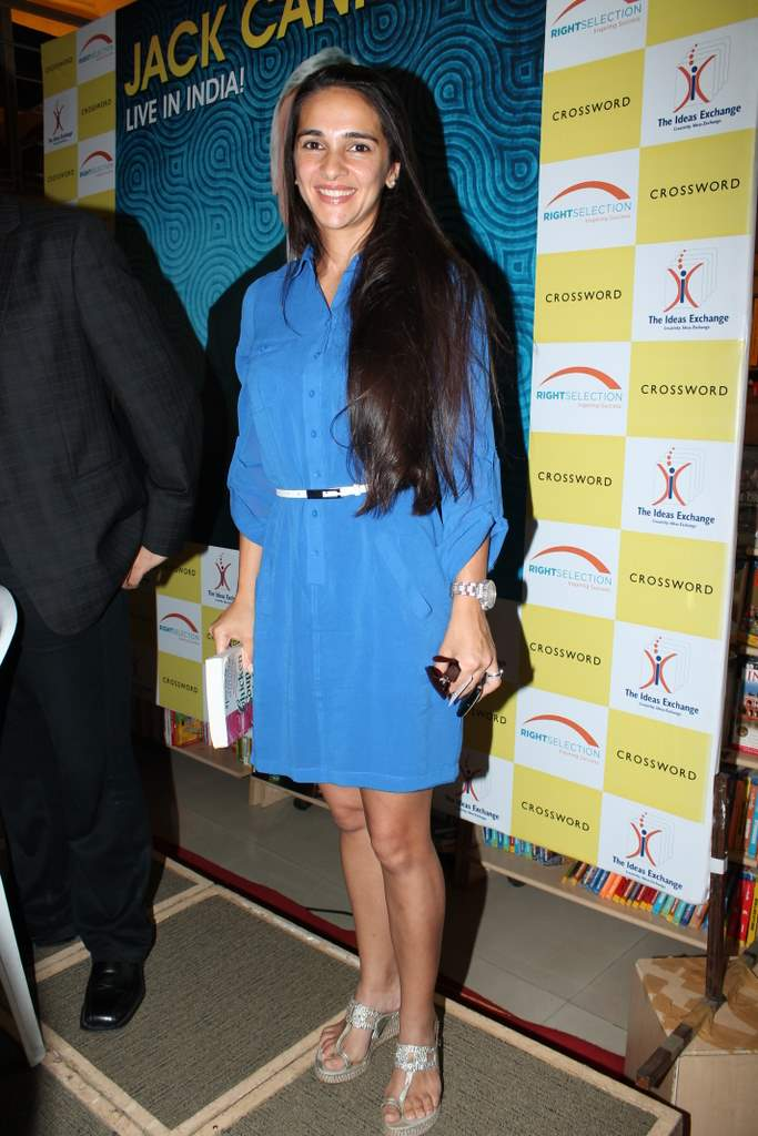 Tara Sharma 2 433x650 -  Aftab Shivdasani, Tara Sharma at Jack Canfield book launch